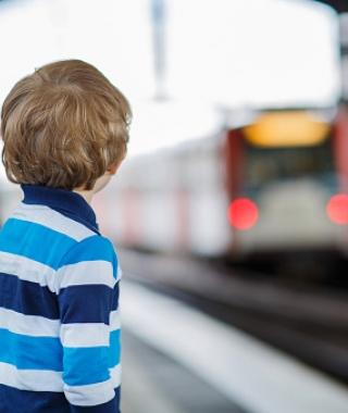 Enfant dans une gare routière
