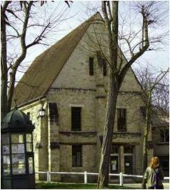 Grange datant de  la période médévale de l'abbaye (Ecole Saint-Martin). Archives municipales