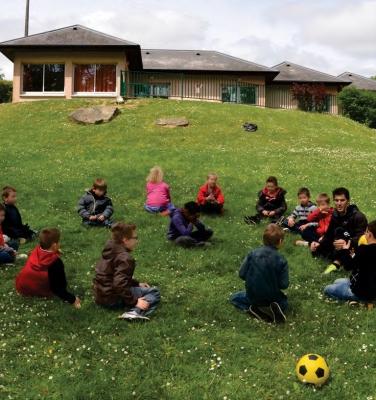 """Enfants devant le centre de loisirs """"La Normandie"""""""