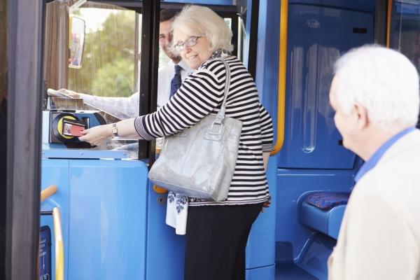 Seniors prenant le bus