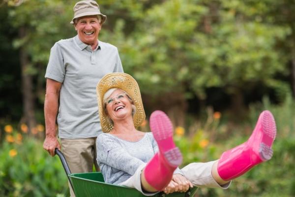 Femme dans une brouette poussée par son mari