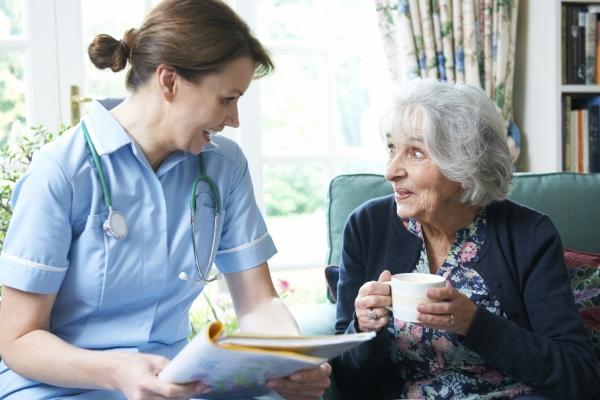 Senior à son domicile avec une infirmière