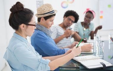 Réunion de projet entre jeunes