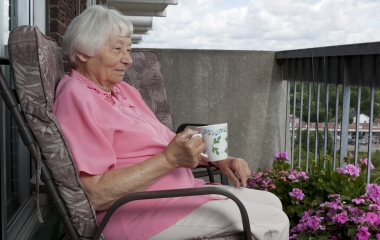 Femme assise, sur un balcon