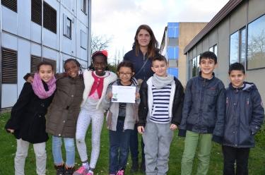 Les élèves de l'école Ludovic-Piette vainqueurs du concours ''Flash ton patrimoine'', aux côtés de la photographe Justine Montmarché © DR.