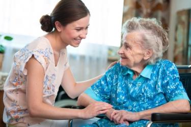 Une femme et une personne âgée complices