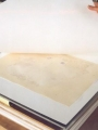 Après séchage en presse, les feuillets sont consevés plusieurs jours entre buvards neutres, sous poids, pour une parfaite stabilisation