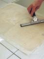 Sortie du bain. La méthylcellulose est retirée par passage d'une spatule. Le feuillet est toujours protégé