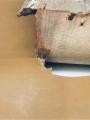 Après nettoyage à sec du cuir de couvrure (peau de veau) et assouplissement de celle-ci par applications répétées de cire microcristalline, la couvrure est posée sur une peau de veau. On élague très légèrement le cuir de la couvrure originelle le long des bords